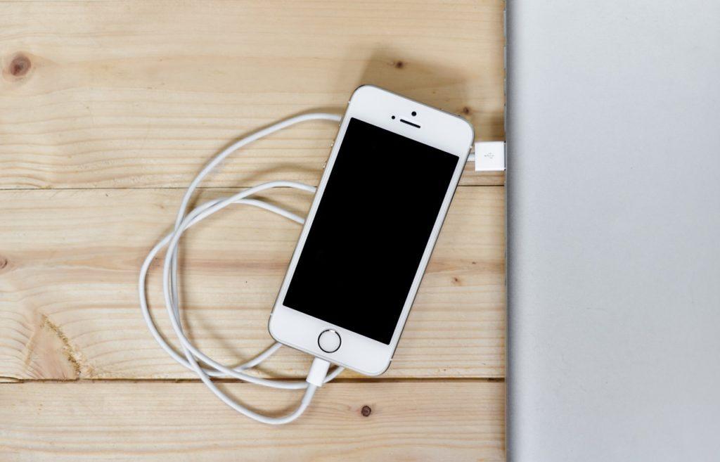 подключите iPhone к iTunes